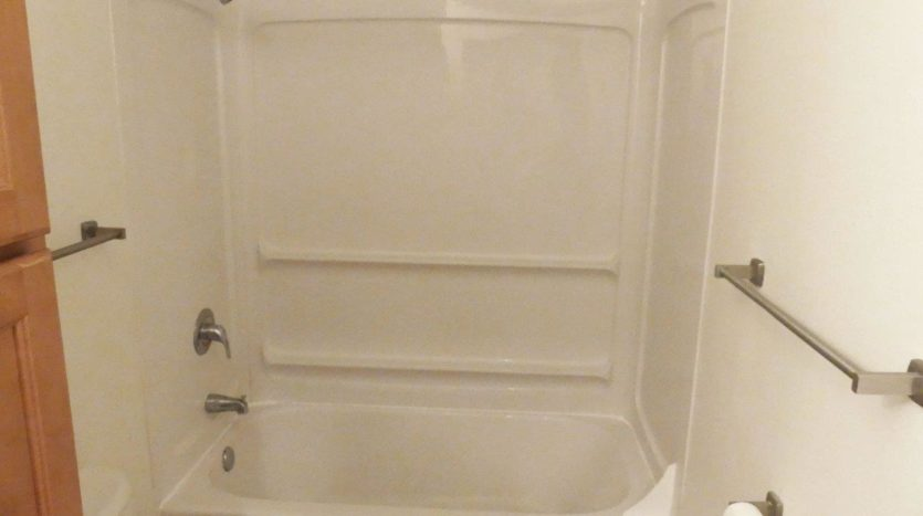 Pheasant Valley Courtyard Townhomes in Milbank, SD - Bathtub and Shower