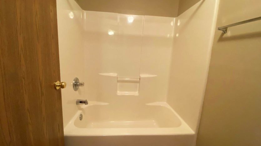 Springwood Townhomes in Watertown, SD - Bathtub and Shower