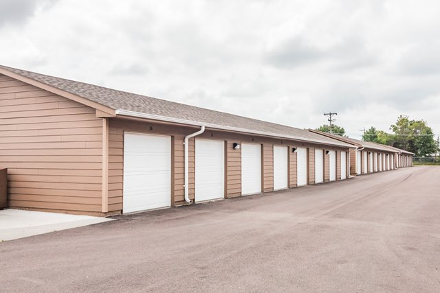 Edgerton Place Apartments in Mitchell, SD - Garages
