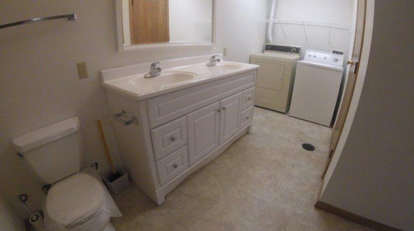 913 A/B 1st Street - Unit B Bathroom