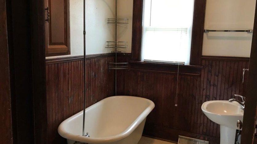 913 A/B 1st Street - Unit A Bathroom