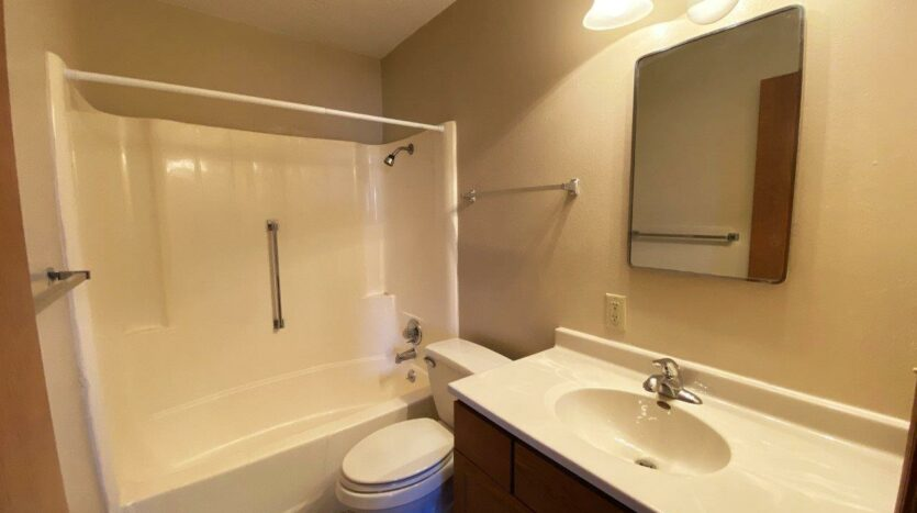Madison Arms Apartments in Madison, SD - Bathroom