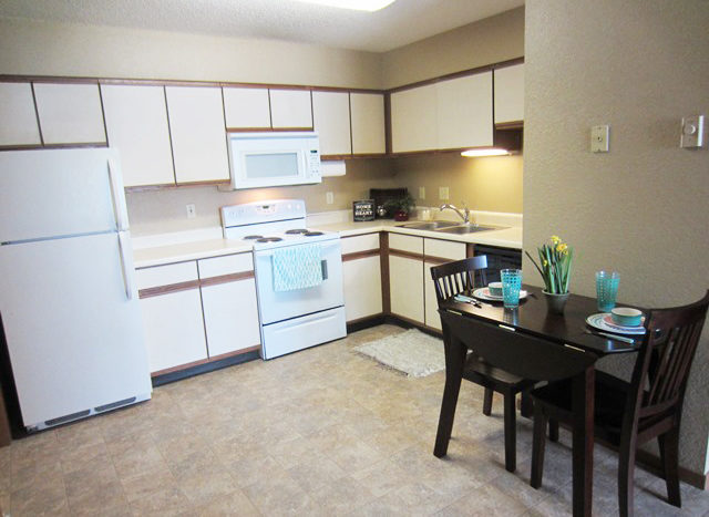 Campus View Apartments in Brookings, SD - Kitchen with Dining Table