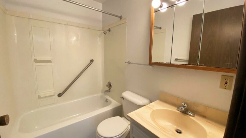 Kanyon Krossing Apartments in Miller, SD - Alternative Layout Bathroom