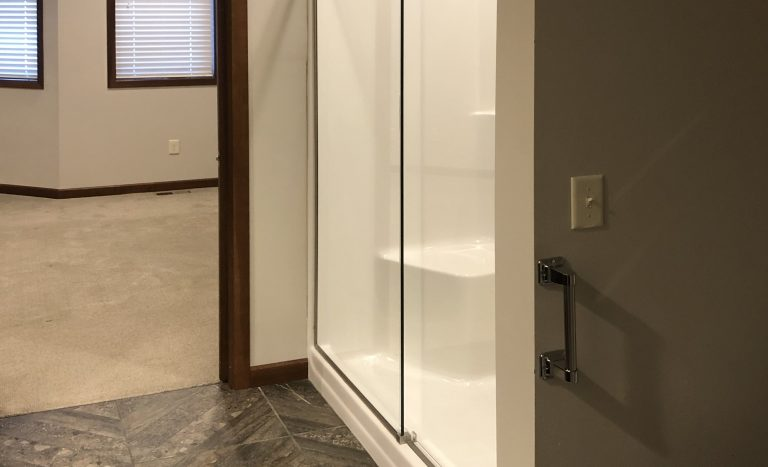 One Willow Creek Apartments in Watertown, SD - Aspen Master Shower
