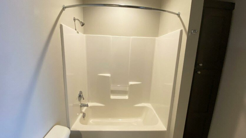 One Willow Creek Apartments in Watertown, SD - Willow Oak Guest Bathtub and Shower