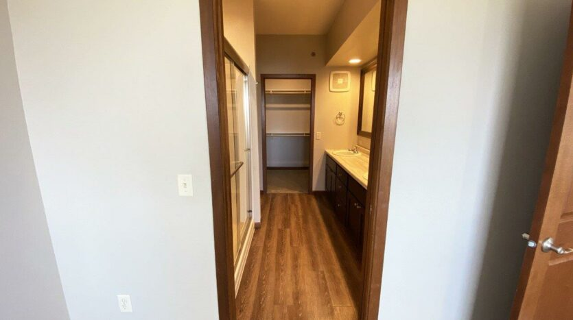 One Willow Creek Apartments in Watertown, SD - Willow Oak Master Bathroom and Closet