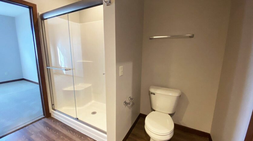 One Willow Creek Apartments in Watertown, SD - Willow Oak Master Bathroom Shower