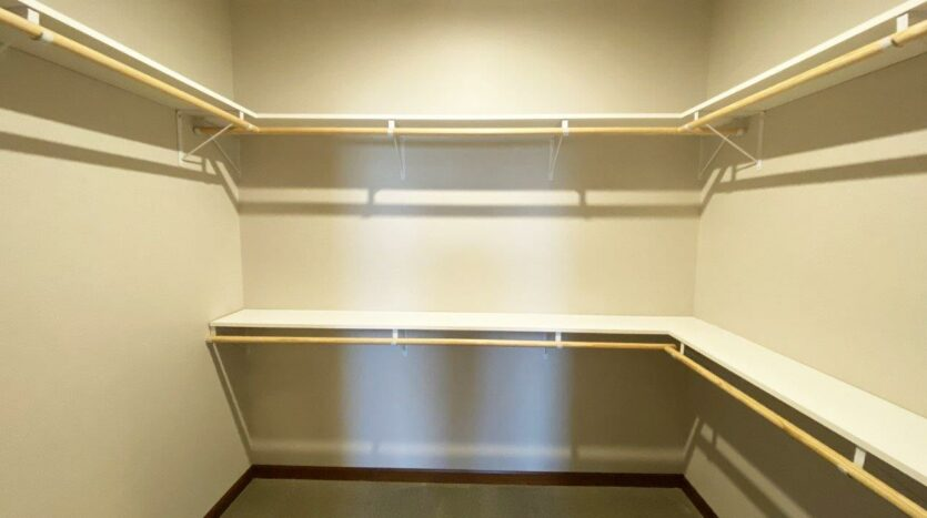 One Willow Creek Apartments in Watertown, SD - Willow Oak Master Walk-In Closet