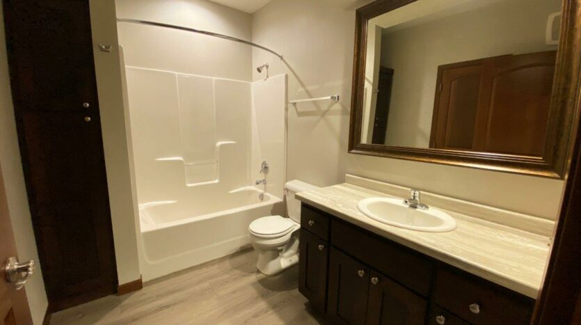 One Willow Creek Apartments in Watertown, SD - Linden Bathroom