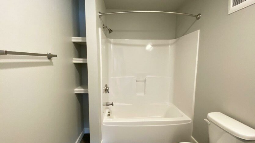 Fox Run Townhomes in Yankton, SD - 2 Bed Bedroom 2 Bathtub and Shower