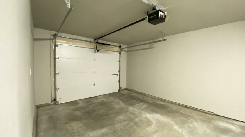 Fox Run Townhomes in Yankton, SD - Upstairs 1 Bed Attached Garage
