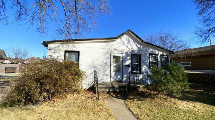 208 W Beebe Ave in Chamberlain, SD - Exterior