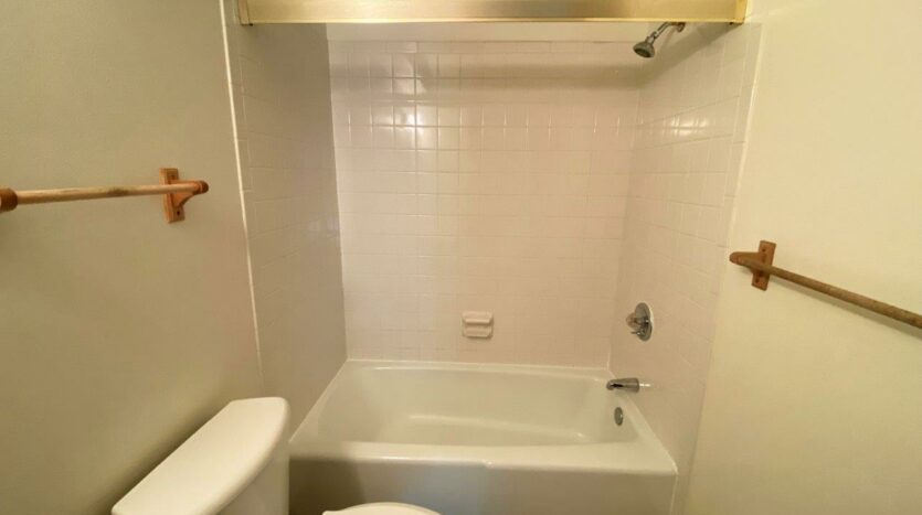 Heritage Apartments in Mitchell, SD - Bathtub and Shower