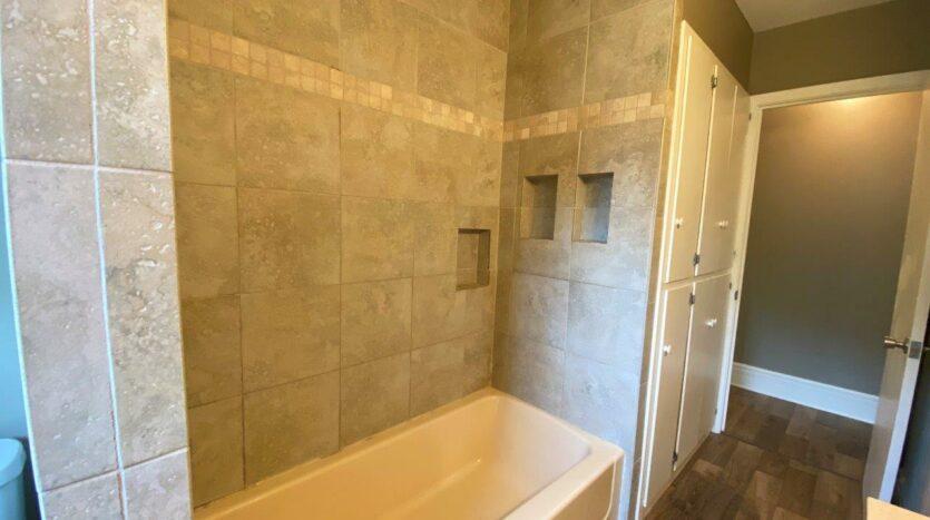 813 NE 8t Street in Madison, SD - Bathroom Shower and Bathtub