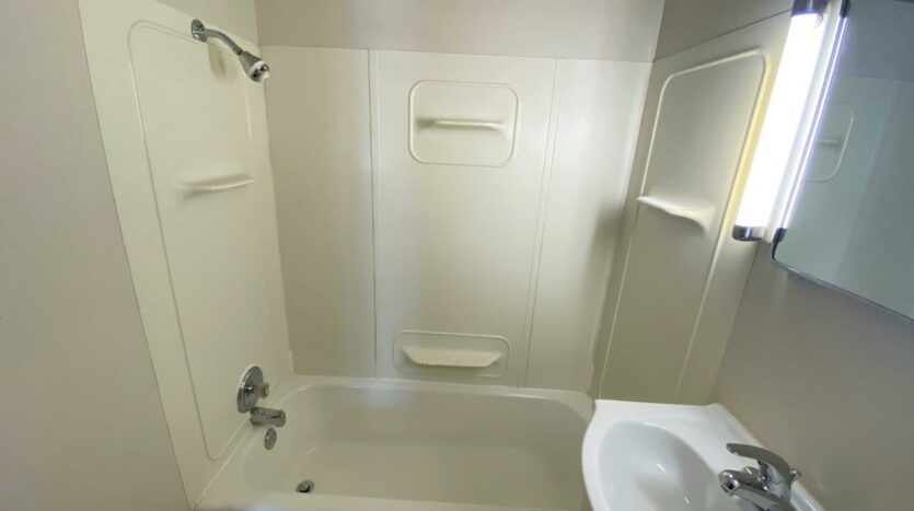 9Two5 Apartments in Mitchell, SD - Studio Bathtub and Shower